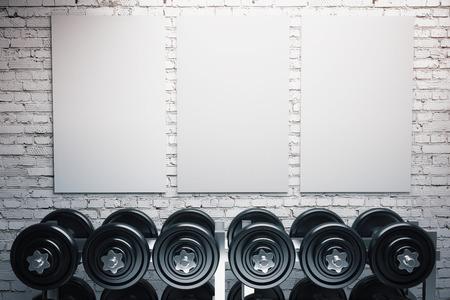Fila de pesas y tres carteles en blanco sobre fondo de pared de ladrillo. Maqueta, 3d Foto de archivo