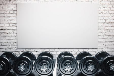 ダンベルと白いレンガ壁の背景の空白のホワイト ボードの行。モックアップ、3 D レンダリング