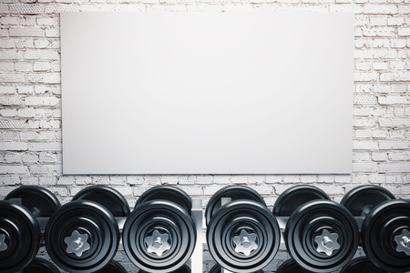 Reihe von Hanteln und eine leere Tafel auf weißem Mauer Hintergrund. Mock-up, 3D übertragen