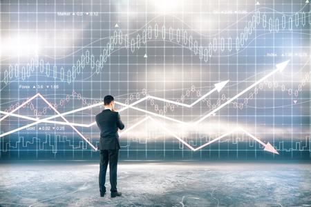 Concept de recherche avec l'homme d'affaires en face de la carte d'affaires numérique