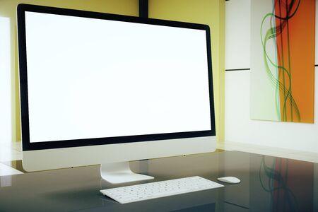 壁に写真のベージュのオフィスのインテリアに空白の白いコンピューター画面の横顔。モックアップ、3 D レンダリング 写真素材