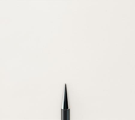 ball pens stationery: la punta del lápiz sobre fondo claro. Bosquejo