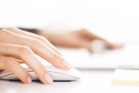 usando computadora: Detalle de las manos mujer de negocios utilizando el ratón del ordenador
