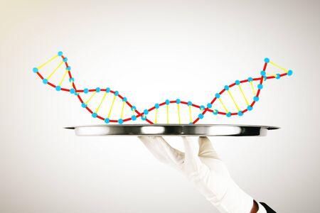 adn humano: Mano en el guante blanco que sostiene la bandeja con el ADN sobre fondo claro