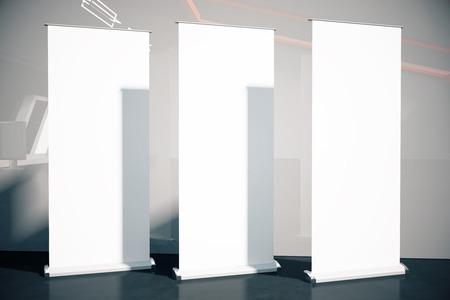 show bill: Tres carteles en blanco en habitación con suelo negro y gris de la pared. Maqueta, 3D Foto de archivo