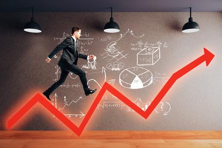 ganancias: concepto de éxito con el empresario para caminar en el gráfico de flecha roja y el croquis de negocios en la habitación con suelo de madera, muro de hormigón y lámparas de techo. Representación 3D