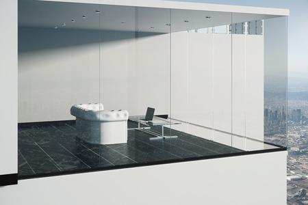 Zijaanzicht van de glazen gevel op de achtergrond van de stad onthullen interieur met witte bank, glazen tafel met laptop, houten vloer en betonnen muur. 3D Rendering