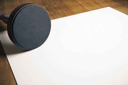 validez: estampador de Ronda y la hoja de papel en blanco sobre la mesa de madera. Maqueta, 3D