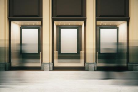 Winkel buitenkant met lege frames in showcase en wazig mensen langskomen. Mock-up, 3D-rendering Stockfoto