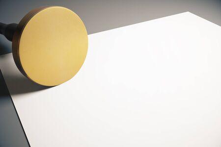 validez: estampador redonda de oro y la hoja de papel en blanco sobre fondo gris. Maqueta, 3D