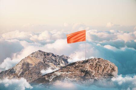 Leiderschap en succes concept met lege rode vlag op de bergtop. Mock up Stockfoto