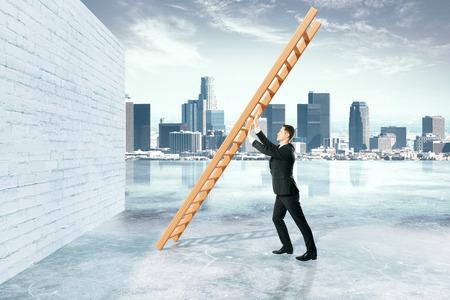La superación de obstáculos concepto con el empresario empujando escalera de la pared de ladrillo en el fondo de la ciudad. Representación 3D Foto de archivo - 59400668