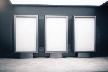 Vista frontal de tres anuncios en blanco se encuentra en el fondo de hormigón y la lámpara de arriba. Maqueta, 3D Foto de archivo