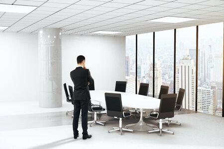 ブレーンストーミングの会議室インテリア ラウンド テーブル、椅子、コンクリート柱、シティー ビュー パノラマ ウィンドウで実業家。3 D レンダ