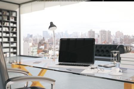 articulos de oficina: Primer de la oficina de trabajo creativo con la computadora port�til en blanco, taza de caf�, un tel�fono inteligente, reloj de arena y otros elementos con el estante y la ventana con vista a la ciudad en el fondo. Maqueta, 3D