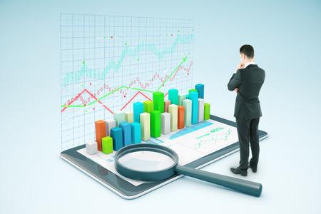 Doordachte zakenman die tablet met volumineuze zakelijke grafiek en vergrootglas. Marktanalyse concept. 3D Rendering