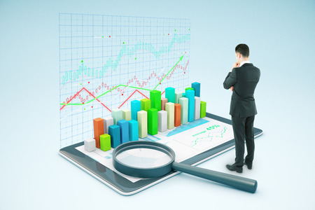 Nachdenklich Geschäftsmann auf Tablette mit voluminösen Business-Chart und Lupe suchen. Marktanalyse-Konzept. 3D-Rendering Standard-Bild - 61790328