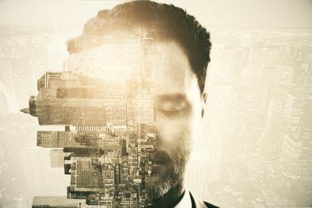 Metà del volto dell'uomo caucasico con gli occhi chiusi e ruotato città laterale su sfondo astratto con la luce. Doppia esposizione Archivio Fotografico - 87294212