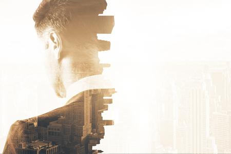 Rückansicht der nachdenklichen jungen Geschäftsmann auf abstrakte Stadt Hintergrund. Forschungskonzept Doppelbelichtung Standard-Bild - 63283710