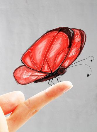 Belle rouge dessin papillon assis sur le doigt mâle. Béton fond mur Banque d'images - 64241932