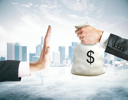 Hand die nr zegt aan geldzak op stadsachtergrond. Stop het corruptieconcept