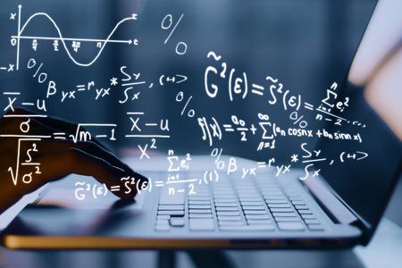 수학 공식으로 노트북을 사용하는 손입니다. 온라인 교육 개념 스톡 콘텐츠