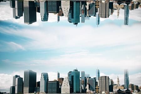 Ciudad al revés abstracta en fondo del cielo. Fondo de pantalla / telón de fondo con espacio de copia