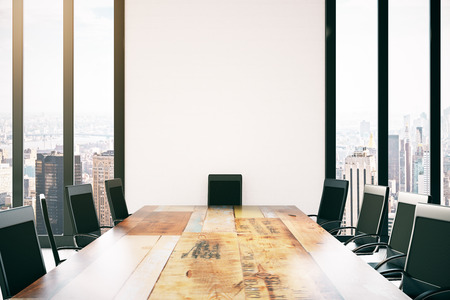 Sluit omhoog van houten conferentietafel en stoelen in binnenland met stadsmening. 3D-weergave