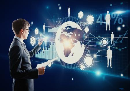 디지털 배경에 추상 비즈니스 패널을 관리하는 손에 문서와 사업가. 금융 개념 스톡 콘텐츠