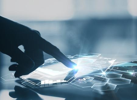 Vista lateral de la mano del empresario usando tableta con gráficos digitales abstractos y células de nido de abeja. Concepto moderno de las tecnologías de negocios. Representación 3D