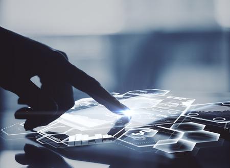 Zijaanzicht van mannelijke hand met behulp van tablet met abstracte digitale grafieken en honingraatcellen. Modern bedrijfstechnologieënconcept. 3D-weergave