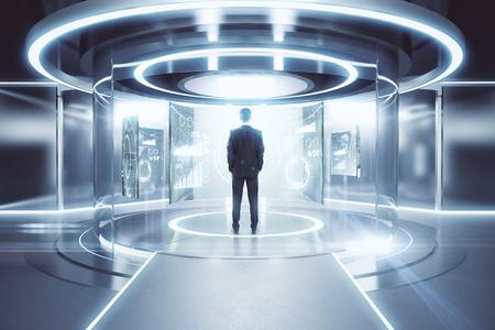 빛나는 실버 순간 이동 스테이션 금융 화면의 앞에 사려 깊은 사업가. 미래의 개념. 3D 렌더링
