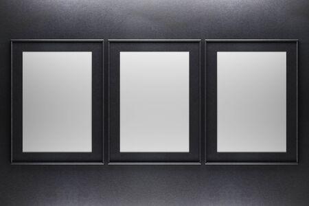 Drie lege fotolijsten op donkere betonnen achtergrond. Mock up, 3D rendering Stockfoto