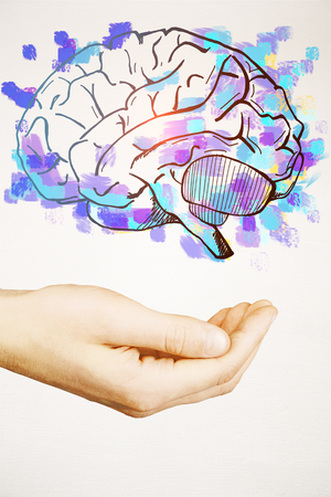 Mannelijke hand die getrokken heldere paarse hersenen op lichte achtergrond houdt. Brainstorming concept Stockfoto