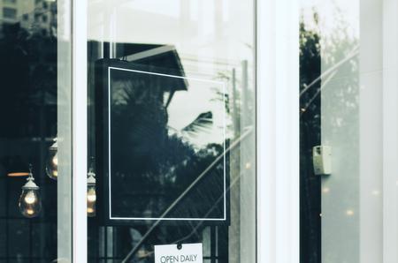 Close up de vide affiche derrière verre avec le texte retiré Banque d'images - 75081938