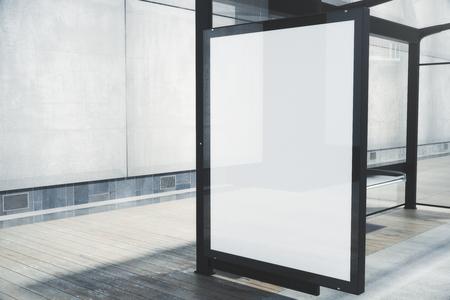 空白の白いポスター付きモダンなバス停。クローズ アップ、3 D レンダリングを模擬