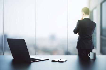 사려 깊은 사업가 사무실 인테리어에 직장에서 창 밖을보고. 연구 개념입니다. 3D 렌더링