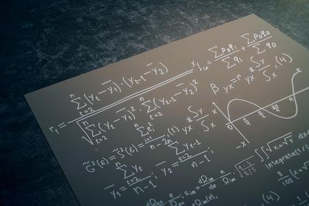 Sluit omhoog van zwart document blad met wiskundige formules die op donkere Desktop worden geplaatst. Wiskunde concept. 3D-weergave Stockfoto - 75734280