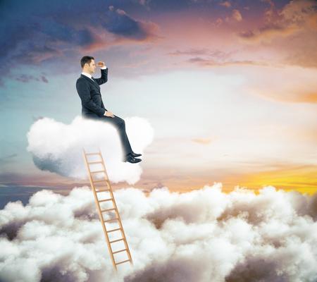 Vista laterale di giovane uomo d'affari che si siede sulla scala astratta della nuvola e che esamina la distanza. Concetto di leadership Archivio Fotografico - 76653264