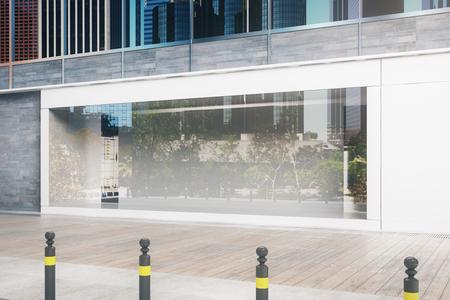 Zijaanzicht van leeg glas storefront bij daglicht. Advertentie concept. Mock up, 3D rendering