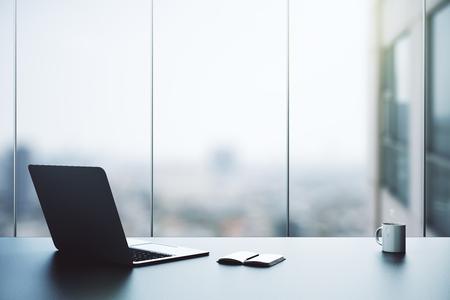 열린 노트북, 메모장, 커피 잔 및 흐린보기 Office 바탕 화면. 3D 렌더링 스톡 콘텐츠
