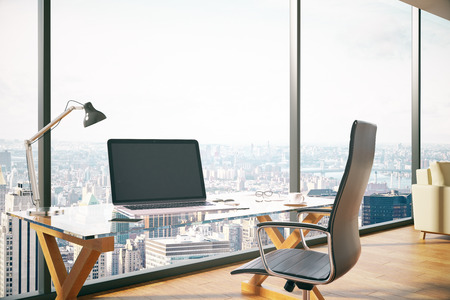 Nieuw kantoor interieur met leeg notitieboekje op bureau en panoramisch uitzicht op de stad. Mock up, 3D rendering Stockfoto