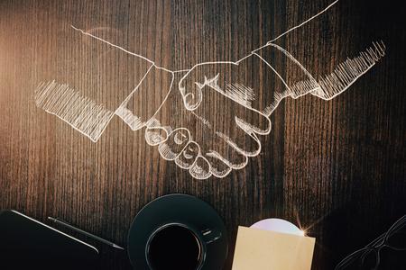 木製デスクトップ描画ハンドシェイク、コーヒー カップ、その他の項目の平面図です。仕事のチームの概念。3 D レンダリング