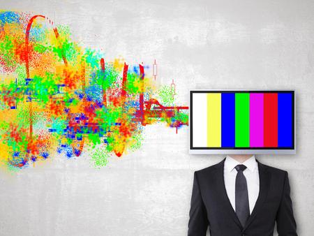 テレビ画面はビジネスマンをカラフルな落書きとコンクリート背景に向かった。創造性の概念