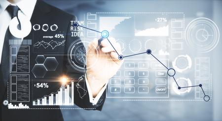 De grafieklijn van de zakenmantekening op abstracte digitale vertoning. Online bedrijfsconcept. Wazig binnenland op de achtergrond. Detailopname