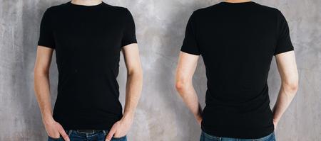 콘크리트 배경에 빈 검은 셔츠를 착용하는 사람 (남자). 전면 및 후면보기입니다. 쇼핑 개념. 모의 스톡 콘텐츠