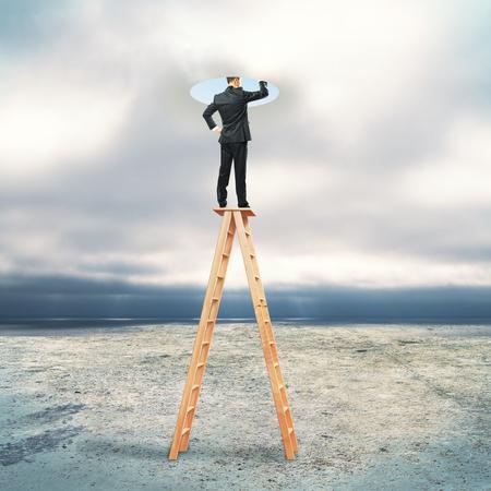 밝은 구멍으로 찾고 추상 사다리에 사업가입니다. 무딘 하늘 배경입니다. 창의력 개념