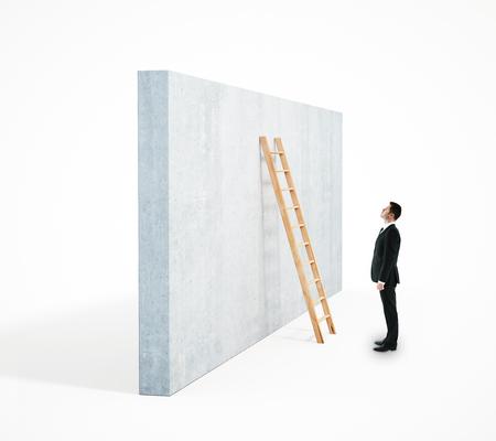 Zijaanzicht van zakenman die ladder beklimmen die op concrete muur leunen. Witte achtergrond. Carrière ontwikkeling concept. 3D-weergave Stockfoto