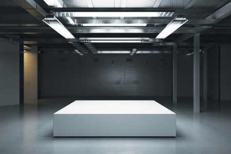 Vooraanzicht van leeg podium in donker pakhuisbinnenland. Bespotten, 3D-rendering