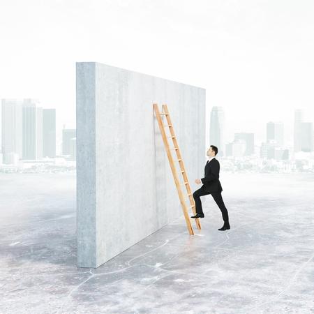 Vue de côté de l & # 39 ; échelle d & # 39 ; escalade de l & # 39 ; homme d & # 39 ; affaires grimper sur le Banque d'images - 78063142